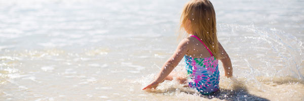 copil la plaja